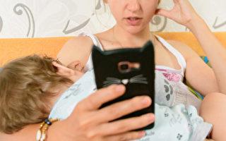 哺乳媽媽應遠離手機 英國醫院海報引爭議