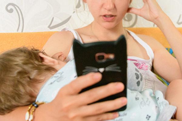 哺乳妈妈应远离手机 英国医院海报引争议