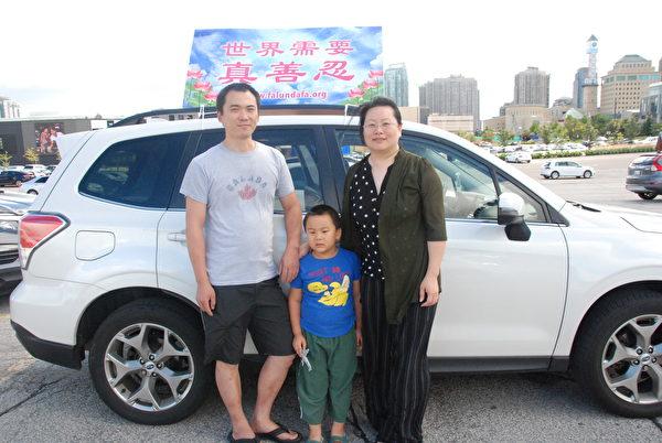 2020年8月29日下午,來自多倫多的小朱(左1)一家參加當天密西沙加的汽車遊行, 他說:「希望更多中國人認清中共本質,跟它決裂。」 (伊鈴/大紀元)