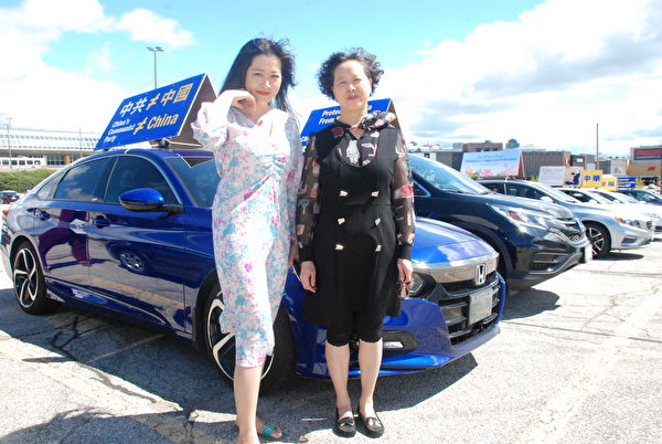 2020年8月29日下午,王小姐和母親從多倫多東邊開車1小時來參加密西沙加的汽車遊行。(伊鈴/大紀元)