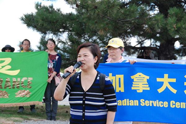 8月8日,港加聯主席馮玉蘭在集會上呼籲:大家共同努力,共同見證中共滅亡的一天。(伊鈴/大紀元)