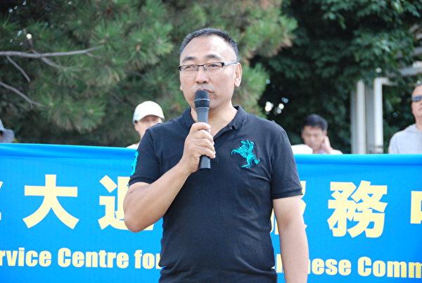 8月8日,逃離中國的北京名中醫師趙中元在集會上說:「如果認清中共邪惡,如果還有正義良心的話,所有的人都應跟中共劃清界線。」(伊鈴/大紀元)