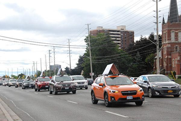 2020年8月29日下午,來自多倫多的2組車隊在密西沙加遊行,把真相福音傳給當地人們。(伊鈴/大紀元)