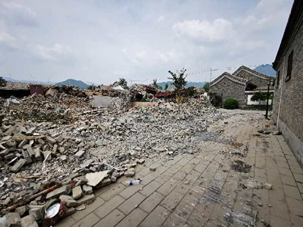 北京市郊區拆除專項運動,圖為懷柔區老北京四合院強拆實景。(取自盛洪推特)