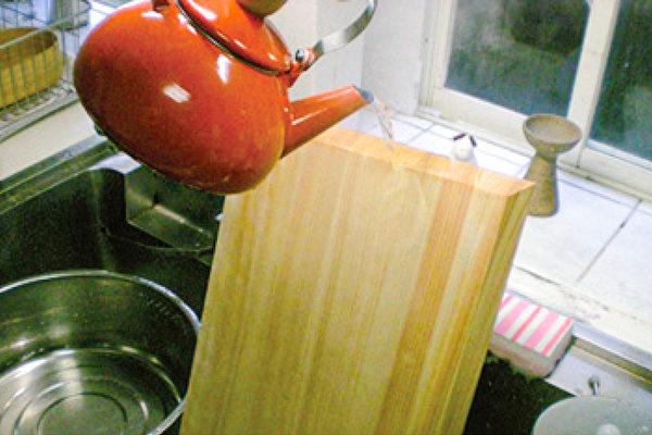 砧板的菜刀伤痕容易附着细菌,需要用中性清洁剂仔细清洗,或用热水烫进行热处理。(世茂出版提供)