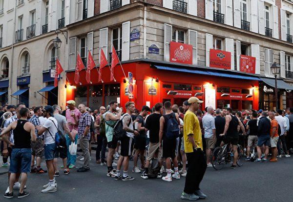 法國放寬封鎖措施,咖啡館和餐館重新開業,人們在酒吧排隊進餐和飲酒。(FRANCOIS GUILLOT / AFP)