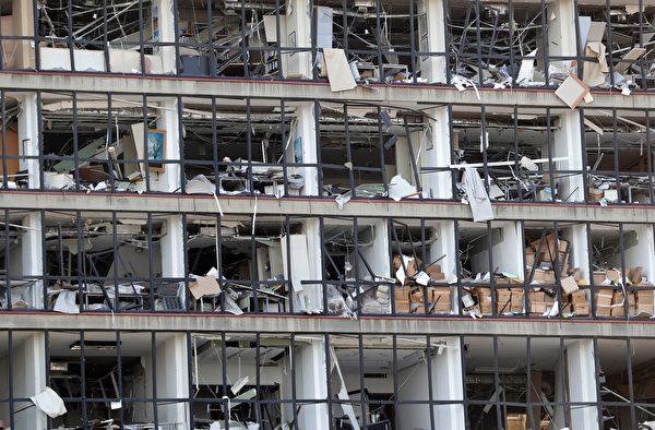 2020年8月5日,黎巴嫩貝魯特,爆炸後建築物玻璃被震碎。(ANWAR AMRO/AFP via Getty Images)