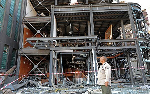 2020年8月5日,黎巴嫩貝魯特,爆炸後建築物外圍起了封鎖線。(ANWAR AMRO/AFP via Getty Images)