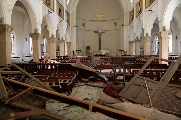 2020年8月5日,黎巴嫩貝魯特,爆炸後教堂內一片狼藉。(ANWAR AMRO/AFP via Getty Images)