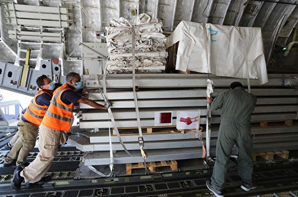 2020年8月5日,卡塔爾,工作人員裝載準備運往黎巴嫩的醫療物資。(KARIM JAAFAR/AFP via Getty Images)