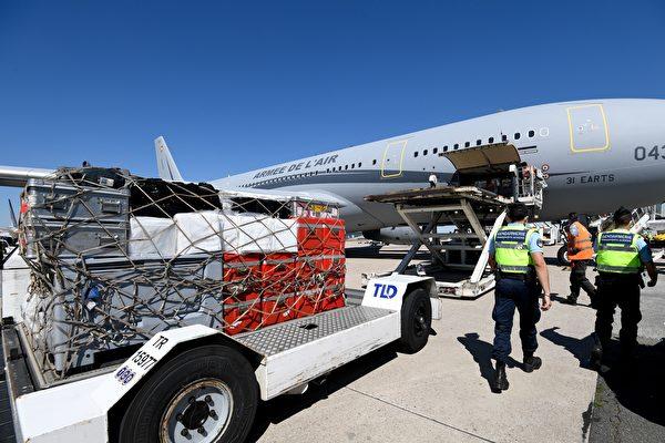 2020年8月5日,法國魯瓦西機場(Roissy airport),法國派出三架載有機動診所、大量醫療設備和搜救專家的軍用飛機前往貝魯特。(BERTRAND GUAY/AFP via Getty Images)