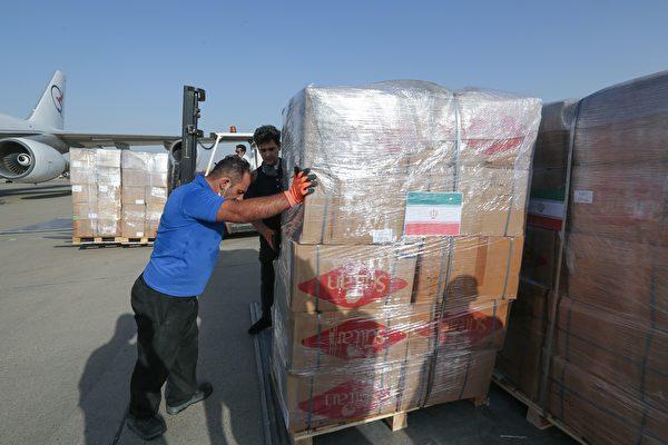 2020年8月5日,伊朗德黑蘭,梅赫拉巴德(Mehrabad)機場工作人員正在裝載準備運往黎巴嫩的援助物資。(ATTA KENARE/AFP via Getty Images)