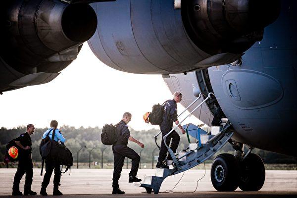 2020年8月5日,荷蘭恩荷芬(Eindhoven)空軍基地,搜救隊準備前往黎巴嫩。(ROB ENGELAAR/ANP/AFP via Getty Images)
