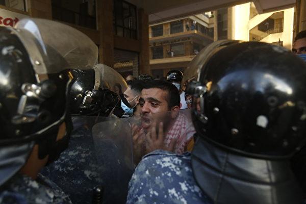 2020年8月8日,黎巴嫩貝魯特爆發反政府抗議活動。黎巴嫩首都本周發生大規模爆炸,該爆炸至少造成150人死亡,數千人受傷,並摧毀了該市的廣大地區。 ( Marwan Tahtah/Getty Images)