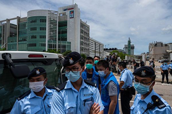 8月10日,逾百名警察及探員搜查壹傳媒旗下的蘋果日報大樓。(Billy H.C. Kwok/Getty Images)