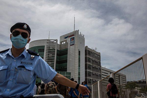 8月10日,逾百名警察及探員搜查壹傳媒旗下的蘋果日報大樓。(ISAAC LAWRENCE/AFP via Getty Images)