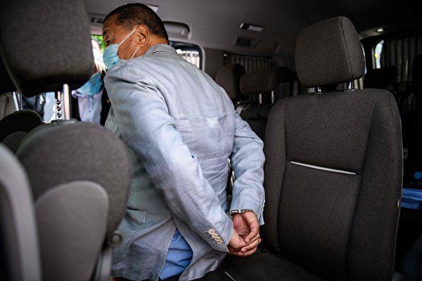 8月10日,壹傳媒創辦人黎智英及其兩個兒子等9人被抓捕。圖為黎智英在住宅處被帶上警車。(VERNON YUEN/AFP via Getty Images)