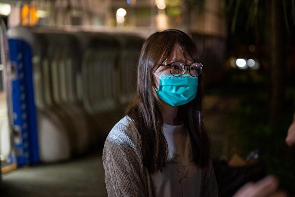"""8月11日深夜,前香港众志核心成员周庭保释,她被港人封为""""港版花木兰""""。图为周庭保释后接受媒体采访。(Billy H.C. Kwok/Getty Images)"""