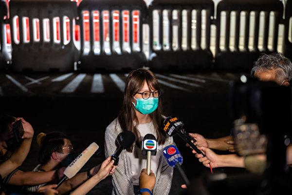 8月11日深夜,前香港众志核心成员周庭保释。图为周庭保释后接受媒体采访。(Billy H.C. Kwok/Getty Images)