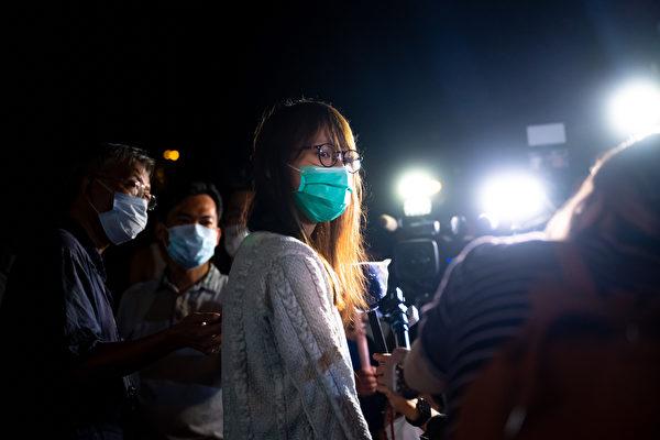 8月11日深夜,前香港众志核心成员周庭保释,图为周庭保释后接受媒体采访。(Billy H.C. Kwok/Getty Images)