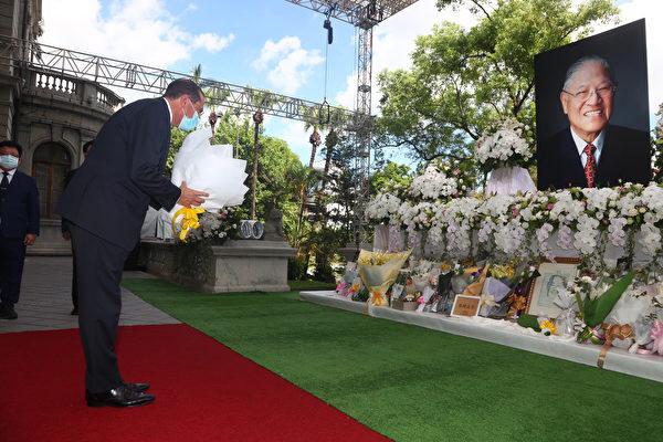 8月12日一早,美国卫生部长阿札尔亲自到台北宾馆吊唁中华民国前总统李登辉。(WANG TENG-YI/POOL/AFP via Getty Images)