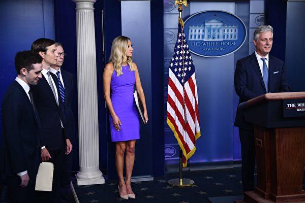 8月13日的白宮簡報會,首先由總統國安顧問奧布萊恩(右一)和高級顧問庫什納(左2)宣佈以色列和阿聯酋達成和平協議。(BRENDAN SMIALOWSKI/AFP via Getty Images)