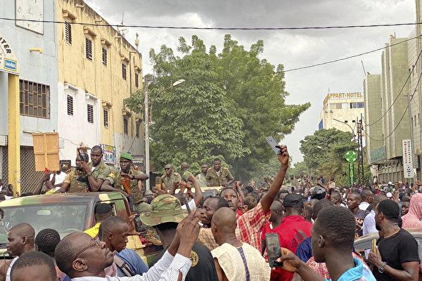 组图:马里兵变 总统下台 议会解散