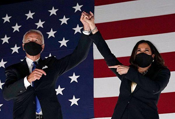 前副總統喬·拜登(Joe Biden)2020年8月20日在德拉瓦州威爾明頓的大通中心發表講話,正式接受了民主黨總統候選人提名。圖為民主黨總統候選人拜登(左)和副總統候選人賀錦麗(右)。(OLIVIER DOULIERY/AFP via Getty Images)