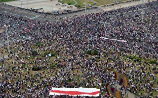 再遭逾10萬人抗議 盧卡申科穿防彈衣持槍現身