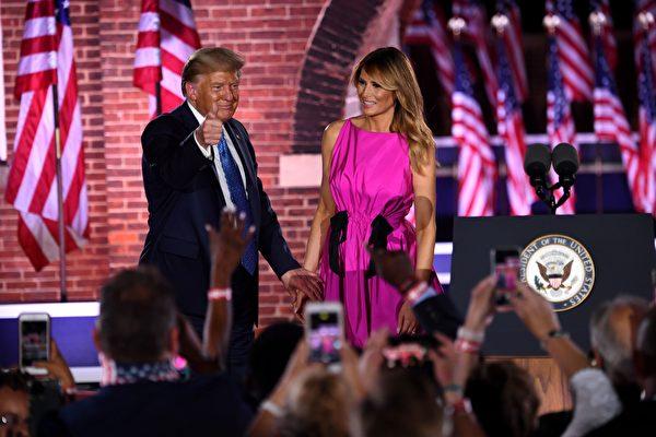 圖為2020年8月26日,美國巴爾的摩,總統特朗普和夫人梅蘭妮亞在共和黨全國代表大會上向與會者致意。(SAUL LOEB/AFP via Getty Images)