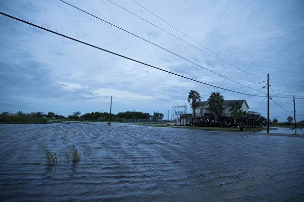 劳拉飓风袭美 50万人断电 14岁女孩遇难
