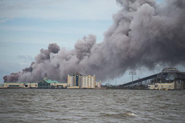 2020年8月27日,「極度危險的」勞拉颶風(Hurricane Laura)行經路易斯安那州查理斯湖(Lake Charles),該地區一家化工廠起火。(ANDREW CABALLERO-REYNOLDS/AFP via Getty Images)