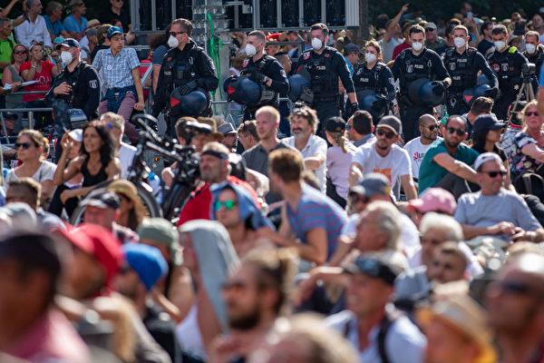 2020年8月1日,德國柏林數萬人遊行抗議政府防疫措施,大約有1100名警察在現場維持治安。(Maja Hitij/Getty Images)