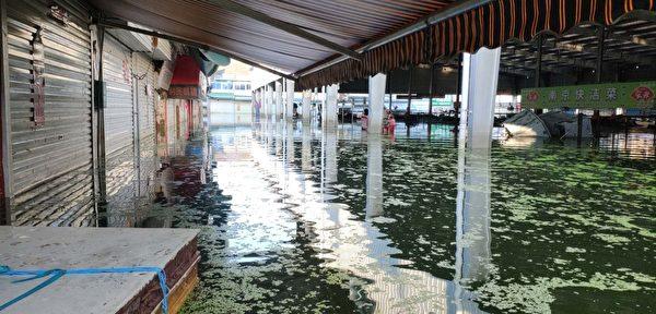 自2020年7月19日開始,安徽巢湖市多個城鎮被洪水淹沒,一直持續半個月。圖為柘皋鎮農貿市場的水位。(受訪者提供)