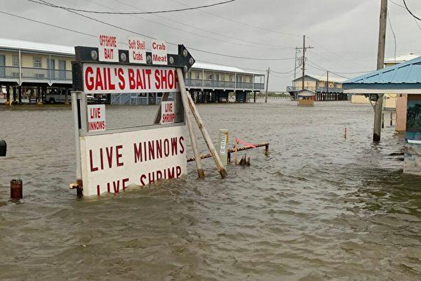 4级飓风劳拉逼近德州与路州 50万人撤离