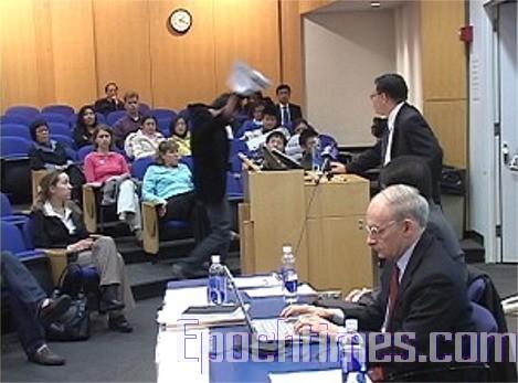 2007年4月20日,一名中國學生在哥大研討會發言人之一楊景端醫生的發言過程中,將手中握著的一張詆毀性標牌對著楊景端晃動,然後走出會場。(大紀元)