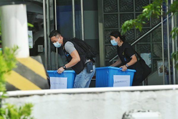 警方搬走從蘋果日報大樓二樓搜到的物品,疑似證物,約25箱。(宋碧龍/大紀元)