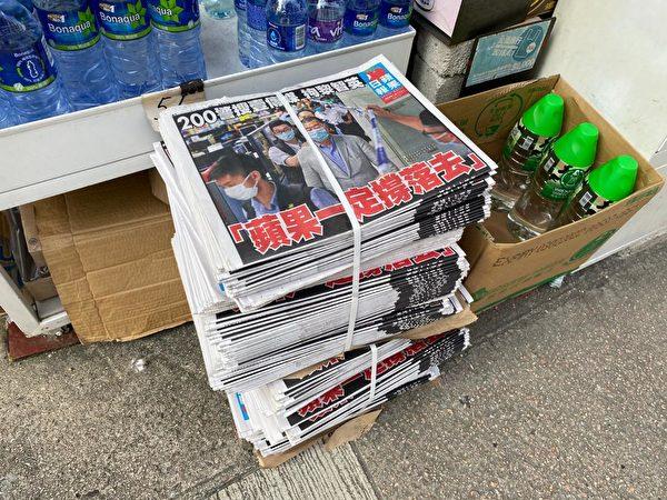8月11日,《蘋果日報》報紙賣得很快,報攤老闆說都是年輕人來買。(霄龍//大紀元)