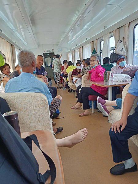上海訪民在回上海的火車上,前後都有警察看守著。(受訪者提供)