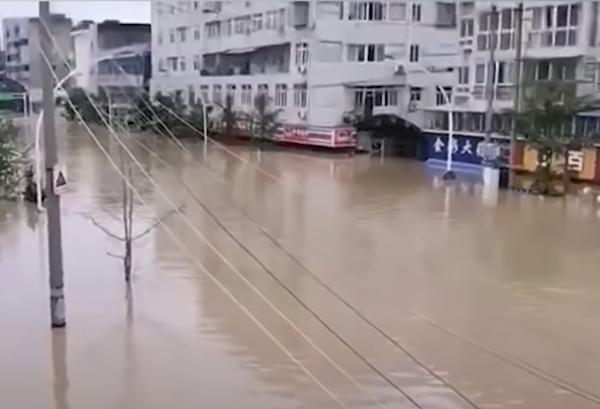 2020年8月16日,四川成都多地遭遇嚴重洪水。(影片截圖)