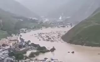 8月17日,甘肃文县发生多起泥石灾害。(视频截图)