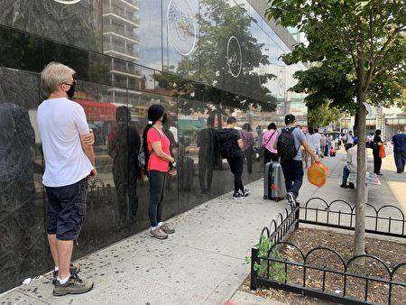 民众在法拉盛图书馆旁排队等待检测。