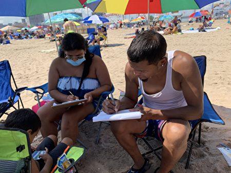民眾在EndCCP倡議書的徵簽表上簽名。