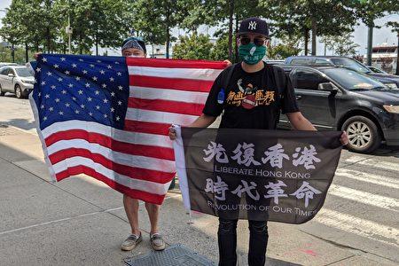8月14日,多位民眾不分國籍與文化背景,在紐約中共領事館舉橫幅譴責中共打壓港人。