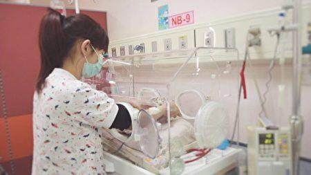 胚胎正常與否,除利用形態學外,還有一種技術篩檢胚胎染色體數目是不是正確,目標是植入正常染色體的胚胎,一顆也能懷孕成功。