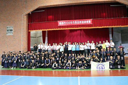 嘉義市109年度市長盃劍道錦標賽,貴賓與選手大合照。