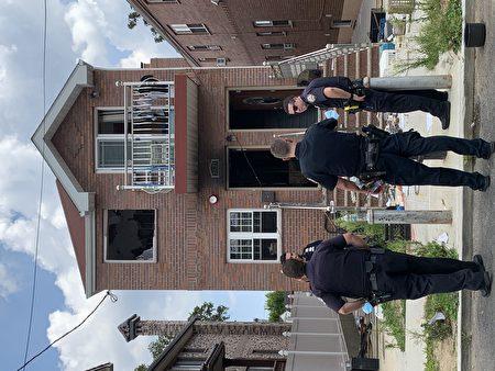 邦恩街46-31号房子被失控的华男纵火烧黑,警察抵达现场调查。