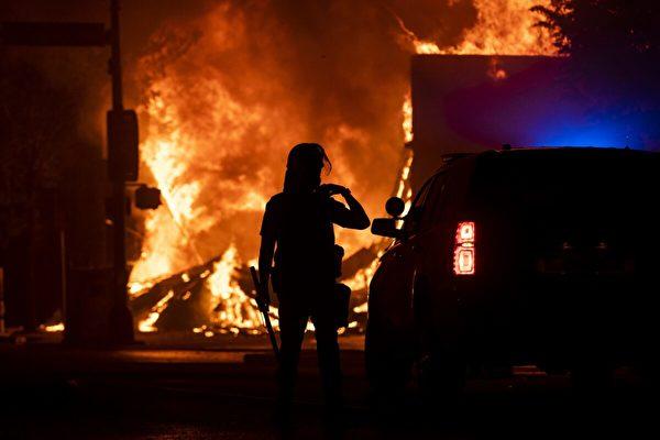 【名家專欄】美國共產分子樂見警察局被焚毀