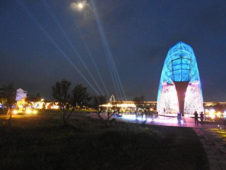 """2020盛夏""""追光逐影艺术季"""",布袋高跟鞋教堂园区在月光下灯火通明,许多追光逐影的游客争相捕捉镜头。"""