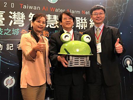 """青蛙造型的""""移动式""""感测器多布建于出海口,能追踪污染工厂的源头。(左起:新竹市副市长沈慧虹、环保署副署长蔡鸿德、工研院副院长彭裕民)"""
